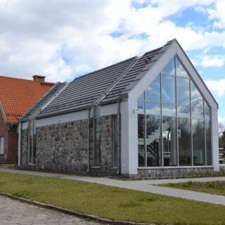 Na zdjęciu znajduje się budynek Muzealne Centrum Obsługi Turystów, w którym znajdują się kasy oraz sklepik Muzealny.
