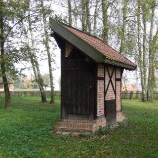 Wychodek ze wsi Cichogrąd.