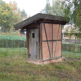 Wychodek z osady Muchorowo.