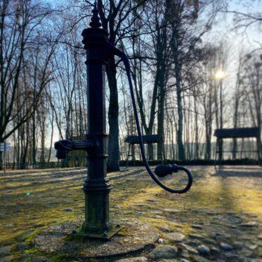 Zdjęcie przedstawia Pompę ze wsi Jemiołowo