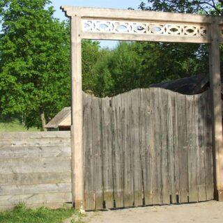 Brama ze wsi Borki. Na zdjęciu znajduje się brama główna - wejście do Muzeum.