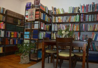 Regały w bibliotece.