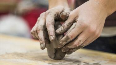 Zajęcia lepienia w glinie.