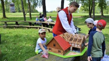 Dzieci podczas lekcji Modelowa lekcja architektury regionalnej.