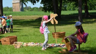 Grupa dzieci podczas wydarzenia Skansen dzieciom.