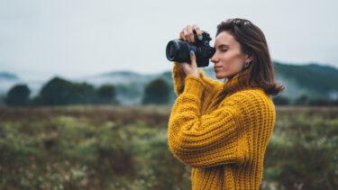 Kobieta robiąca zdjęcie.