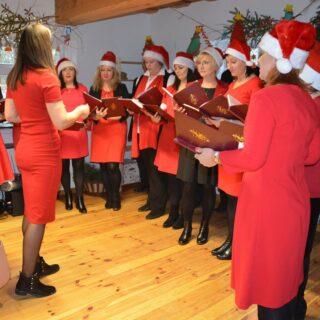 Występ chóru podczas wydarzenia Magia Dawnych Świąt.