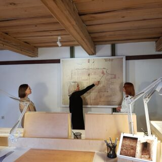 Zdjęcie przedstawia autorki wystawy - Monikę Sabljak-Olędzką, Wiesławę Chodkowską, wraz z Dyrektorem Muzeum - Ewą Wrochną.