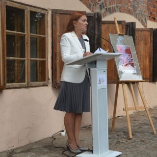 Dyrektor Muzeum Budownictwa Ludowego - Parku Etnograficznego w Olsztynku - Ewa Wrochna w czasie przemowy.