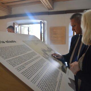 Zwiedzanie przez gości ekspozycji, w czasie otwarcia wystawy - na zdjęciu tablice edukacyjne o historii miasta.