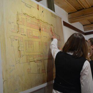 Zwiedzanie przez gości ekspozycji, w czasie otwarcia wystawy.