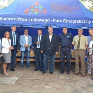 Zdjęcie zbiorowe gości zaproszonych na otwarcie wystawy.