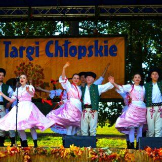 Zespół ludowy występujący na scenie w czasie Targów Chłopskich.