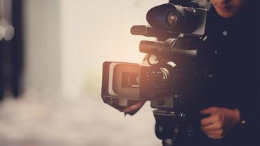 Filmujący kamerzysta.