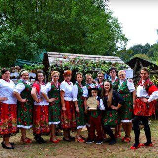 Przedstawiciele Koła Gospodyń Wiejskich podczas wydarzenia Warmińsko-Mazurskie Dożynki Wojewódzkie 2019.