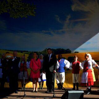 Na fotografii Marszałek Województwa Warmińsko-Mazurskiego - Gustaw Marek Brzezin wraz z przedstawicielami wydarzenia Warmińsko-Mazurskie Dożynki Wojewódzkie 2019.