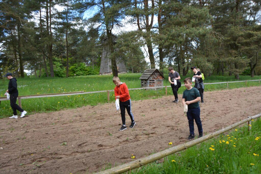 Uczestnicy projektu podczas wysiewu lnu
