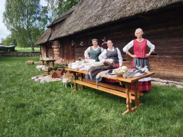 Pracownicy Muzeum podczas prowadzenia warsztatów.