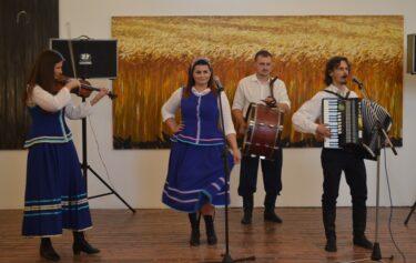 Na zdjęciu zespół ludowy występujący podczas wernisażu