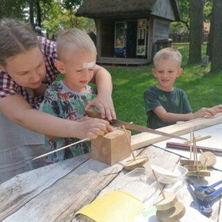 Wykonanie drewnianej zabawki tradycyjnymi narzędziami przez dzieci
