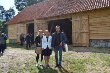 Dyrektor Muzeum wraz z darczyńcami stodoły