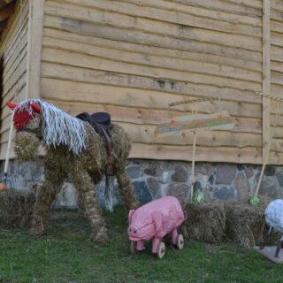Wystawa przy wejściu do stodoły