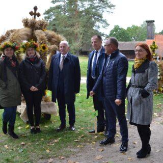 Na fotografii Marszałek, Dyrektor Muzeum oraz zwycięski wieniec dożynkowy - gmina Banie Mazurskie