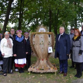 Na fotografii Marszałek, Dyrektor Muzeum oraz wieniec dożynkowy wraz z jego wykonawcami