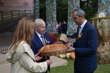 Marszałek w czasie symbolicznego dzielenia się chlebem