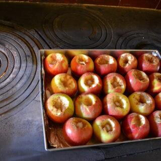 Zdjęcie przedstawia pieczone jabłka