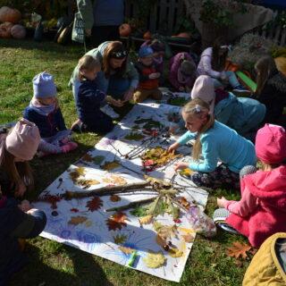 Dzieci wykonujące obraz z darów jesieni