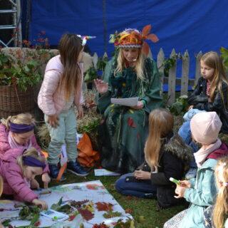Na fotografii Hanna Banasiak i dzieci uczestniczące w animacjach